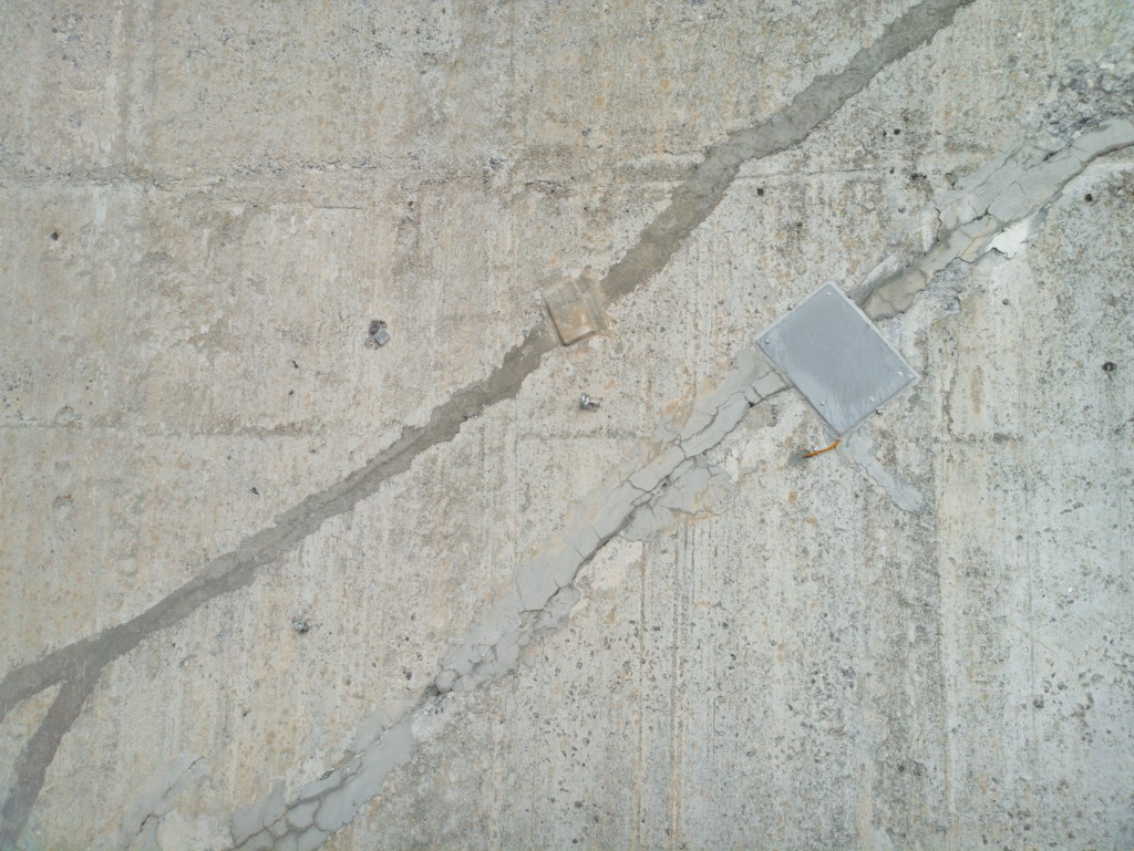 One of the albris's individual images, featuring the metal plate of a crack gauge (measuring 46 x 34 cm / 18 x 13.4 in). Each photo was captured 3.7 metres away from the face and covers a surface region of 4.6 x 3.5 m (15 x 11.5 ft).